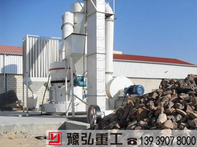 高压磨粉机在矿石场装机现场